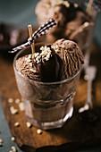 Schokoladeneis mit Schokosauce und Nüssen