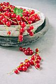 Rote Johannisbeeren in Steinschale