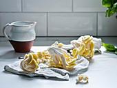Gelbe Austernpilze auf Geschirrtuch