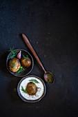 Hasselback-Kartoffeln mit Joghurt und frischem Dill