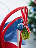 Weihnachtsdekoration auf rotem Holzstuhl