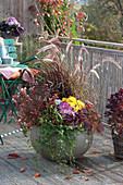 Herbst-Schale mit Gräsern, Chrysanthemen, Blattschmuck