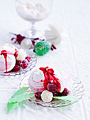 Meringue with raspberry sauce