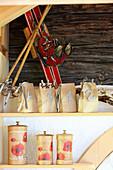Vier nummerierte Papiertüten mit Tee als rustikaler Advenskalender