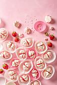 Kleine Meringue mit Sahne und Erdbeere