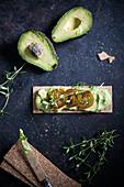 Knäckebrot mit veganem Avocadoaufstrich