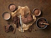 Schokoladenkuchen auf Backpapier, Kakao, Kakaopulver, Schokolade und Schokoladencreme