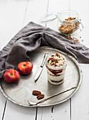 Granola mit Joghurt, Beeren, Honig, Nüssen und Nektarinen