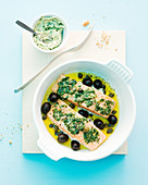 Lachsfilets aus dem Ofen mit Basilikumbbutter, Oliven und Kapern