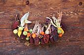 Girlande aus buntem Mais, Kastanien und Lampionfrüchten