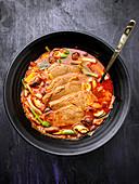 Koreanische Suppe mit Fleischscheiben