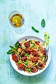 Spaghetti mit Fleischbällchen und Erbsen, Weissweinglas