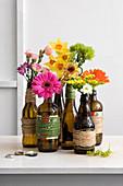 Blumen in Bierflaschen als Vase