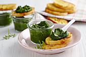 Crostini with spinach pesto