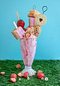 Freakshake mit Kuchen, Plätzchen, Erdbeeren und Schlagsahne