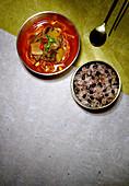Yukgaejang (Suppe mit Rindfleisch und Gemüse, Korea) dazu Reis mit Bohnen