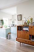 Retro Sideboard im Wohnzimmer neben Durchgang zur Küche