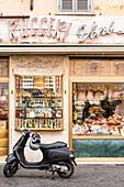 Traditioneller Lebensmittelladen, davor Roller, Campo de Fiori, Rom, Italien