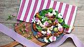 Sommersalat mit gegrilltem Pfirsich, Schinken, Mozzarellaherzen und Basilikum
