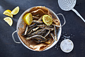 Fritierte Fische mit Salz und Zitrone