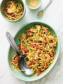 Asiatischer Nudelsalat mit Huhn, Garnelen und Sesam