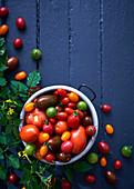 Verschiedene frische Tomaten im Kochtopf
