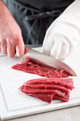 Rindfleisch in dünne Scheiben schneiden
