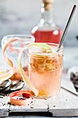 Cocktail aus Jasmintee, geröstetem Rhabarber, Rhabarbergin und Vanillesirup