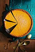 Pumpkin Pie mit Ahornsirup, Gewürzen und Waffelkruste