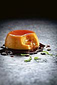 Limetten-Kokosnuss-Pudding mit Karamellsauce