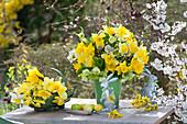 Gelber Strauß mit Narzissen und Lenzrosen