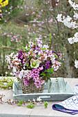 Duftender Strauß mit Blütenzweigen und Hyazinthen