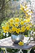 Frühlingsstrauß aus Narzissen und Schlehenzweigen