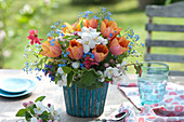 Bunter Frühlingsstrauß als Tischdeko