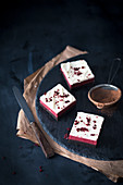 Red Velvet Cheesecake-Brownies auf Schieferplatte