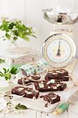 Schokoladen-Kühlschrankkuchen mit Minze in einer Vintage-Küche