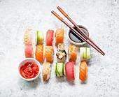 Verschiedene Sushi mit Sojasauce und Ingwer (Japan)