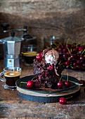 Schokoladen-Brownie mit Kirschen
