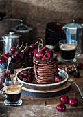 Schokoladen-Pancakes mit Kirschen