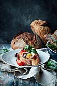 Crostino mit Tomaten, Oliven, Feta und Basilikum