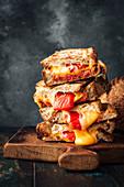Geröstete Sandwiches mit Chorizo, Käse und Grillpaprika