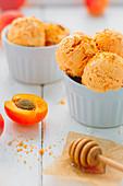 Aprikosen-Honig Eiscreme mit Zutaten