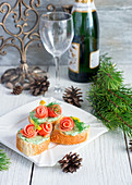 Baguette slices with herb butter and smoked salmon rolls (Christmas)