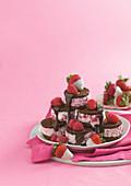 Eissandwiches aus Beereneis und Schokoladencookies