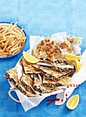 Gözleme mit Lammhackfleisch und Spinat serviert mit Pommes (Türkei)