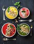Gesunde sommerliche Smoothie Bowls mit Nüssen, Haferflocken und Minzeblättchen
