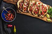 Shrimp-Tacos mit hausgemachter Salsa, Limetten und Petersilie