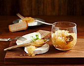Onion jam with bay leaves and white wine vinegar served with goat's cheese and bread