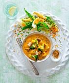 Tofu-Curry mit Brokkoli serviert mit Spargel-Linsensalat