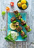 Mediterrane Lamm-Gemüsespiesse mit Kräuterquark und Kartoffeln